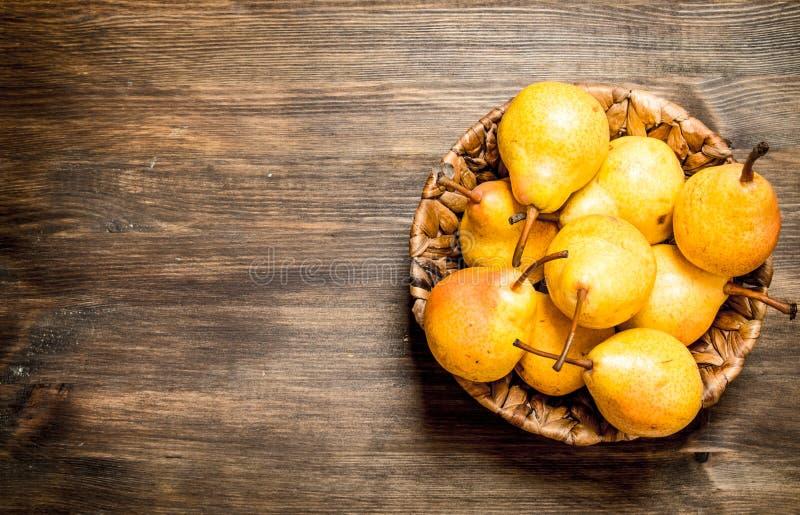 Päron i korgen royaltyfria bilder