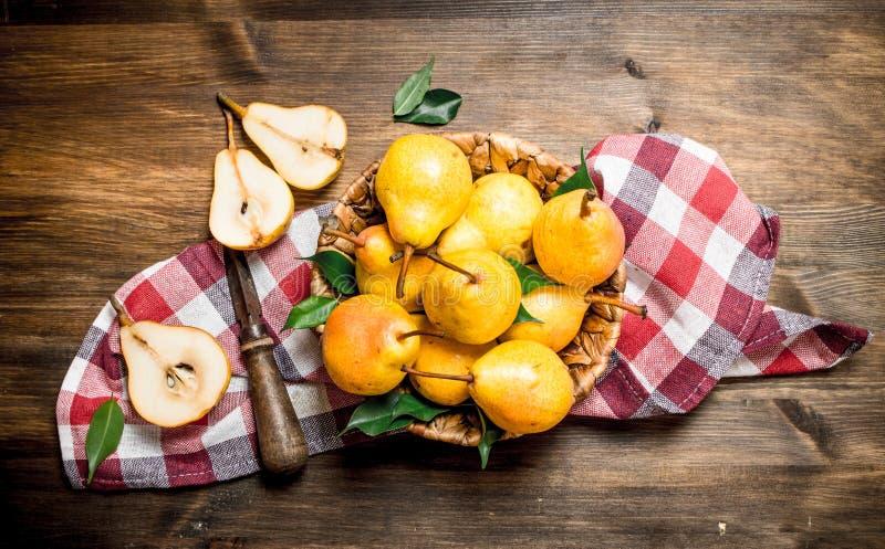 Päron i korgen royaltyfri bild
