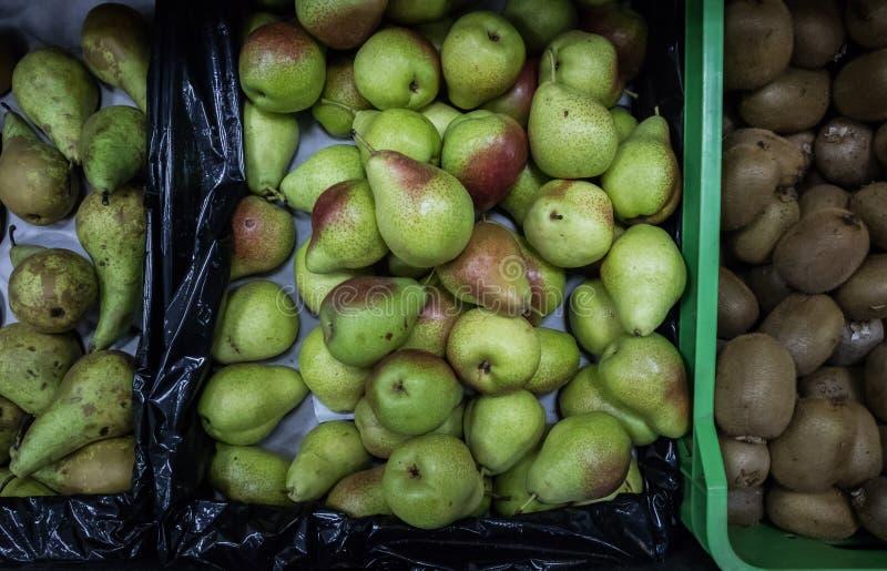 Päron i toppen marknad royaltyfri bild