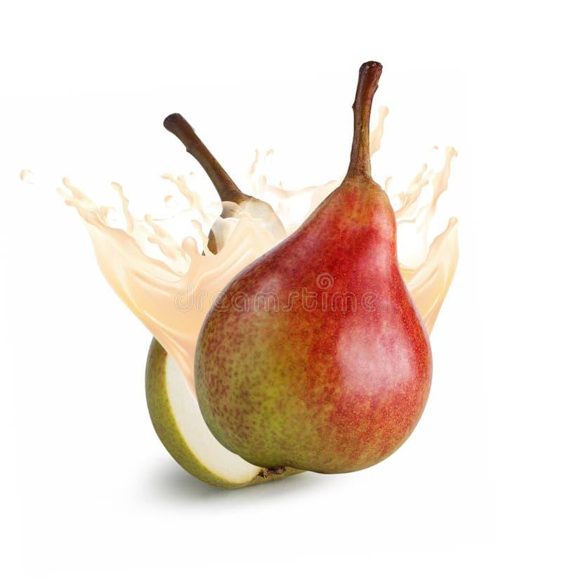 Päron med fruktsaftfärgstänk på vit arkivfoton