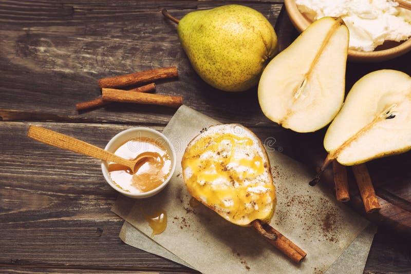 Päron med ricottaost, honung och kanel royaltyfri foto