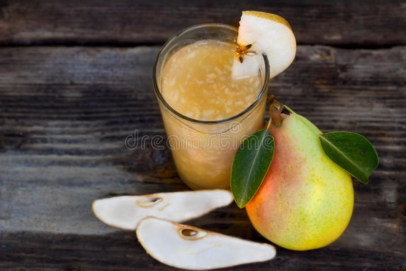 Päronfruktsaft med nya frukter royaltyfria bilder
