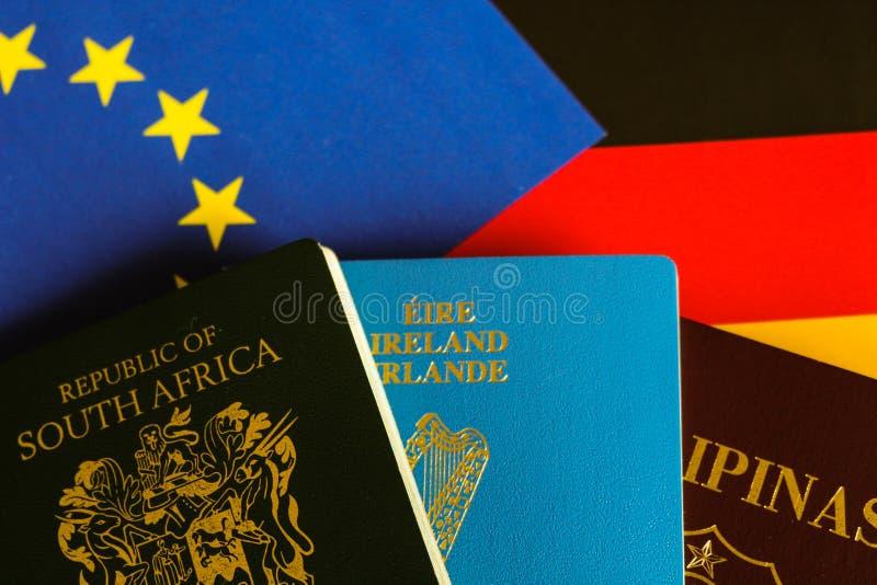 Pässe auf europäischer und deutscher Flagge stockbild