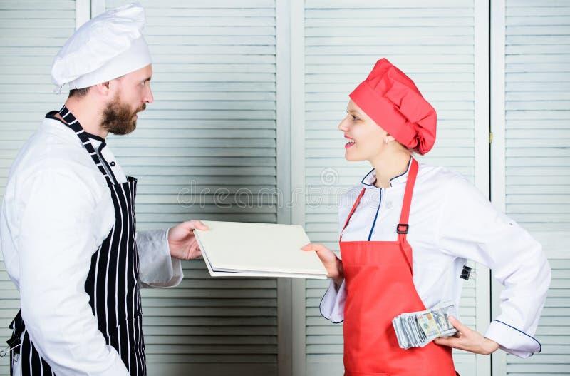 Płacić płacę Żeńska księgowa z konto pieniądze raportową płaci płacą Restauracyjna balansowa książka Mistrzowski kucharz i pomagi fotografia royalty free
