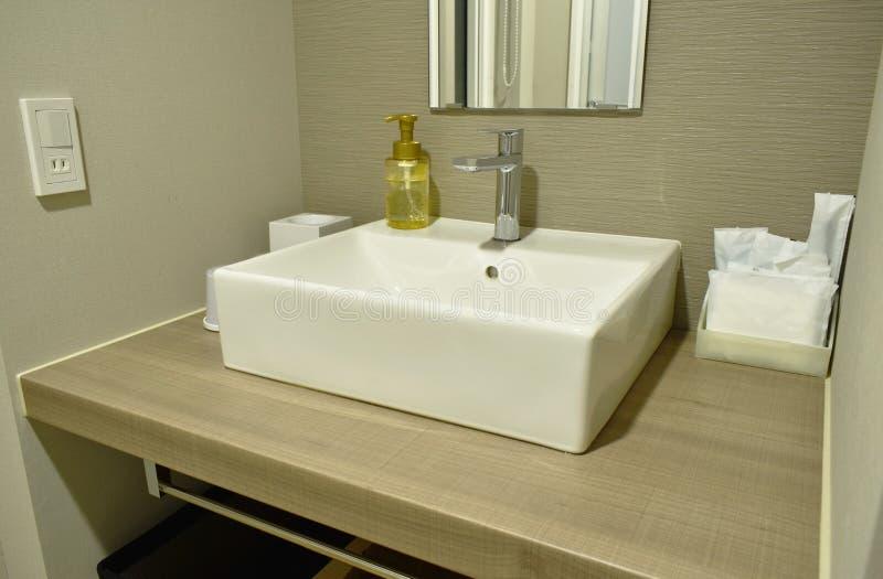 Płuczkowy zlew i wodny klepnięcie w łazience obraz royalty free