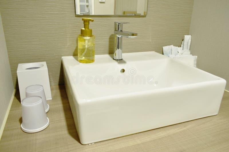 Płuczkowy zlew i wodny klepnięcie w łazience zdjęcia stock