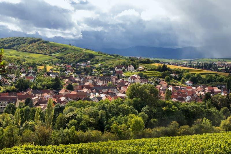 By på Alsace vinslinga royaltyfri bild