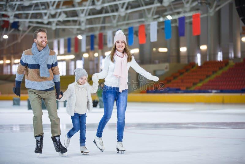 På att åka skridsko isbanan royaltyfria foton
