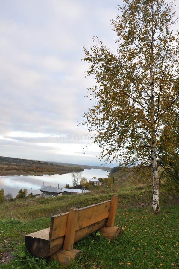 På bankerna av den Kolva floden royaltyfria bilder