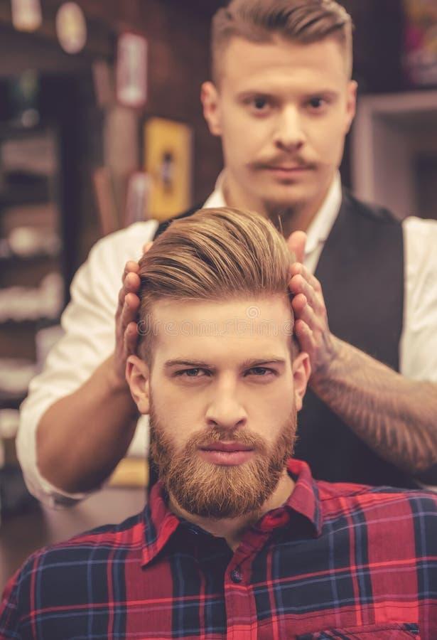 På barberaren shoppa arkivbilder