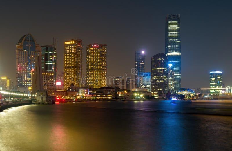 På bunden - Shanghai stadshorisont vid natt arkivfoto