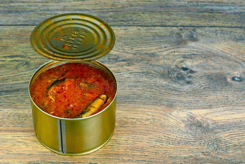 På burk fiskliten stackare i tomatsås royaltyfri foto