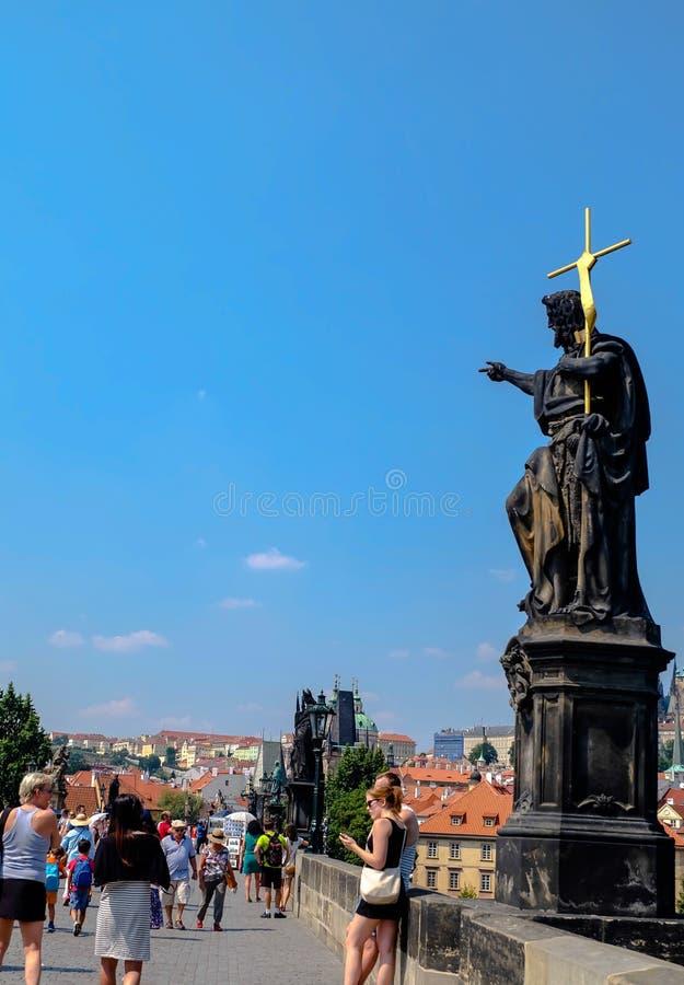 På Charles Bridge Prague - Tjeckien fotografering för bildbyråer