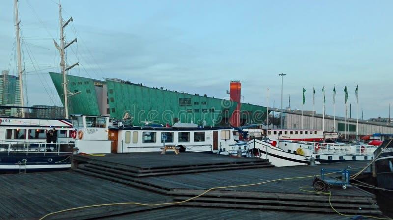På de holländska kanalerna av amstedam på en kall dag royaltyfria foton