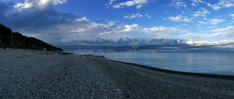 På den Black Sea kusten för en åskväder arkivbild