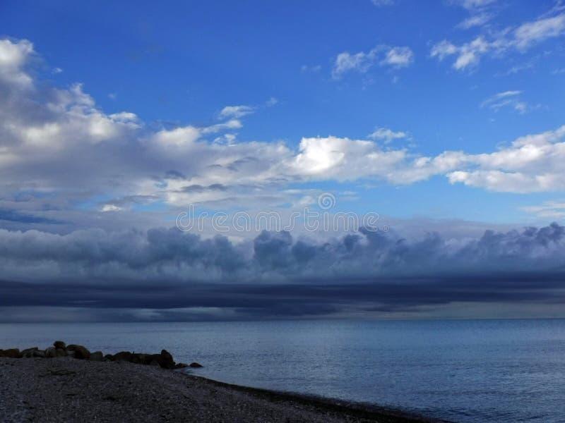 På den Black Sea kusten för en åskväder royaltyfria foton