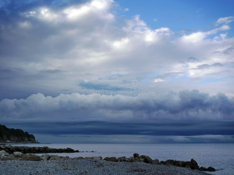 På den Black Sea kusten för en åskväder fotografering för bildbyråer