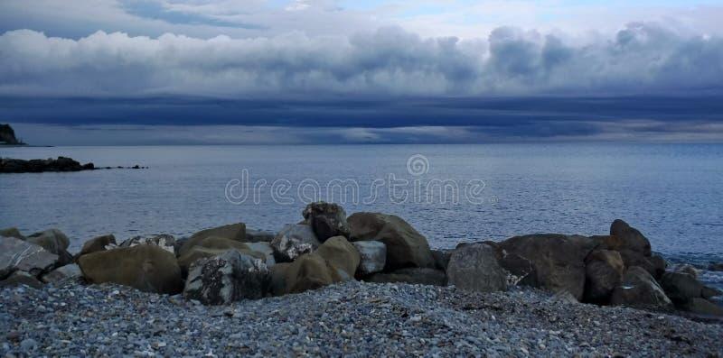 På den Black Sea kusten för en åskväder royaltyfri foto