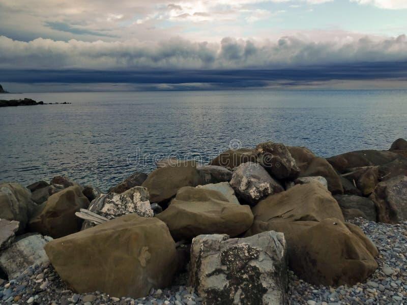 På den Black Sea kusten för en åskväder royaltyfri fotografi