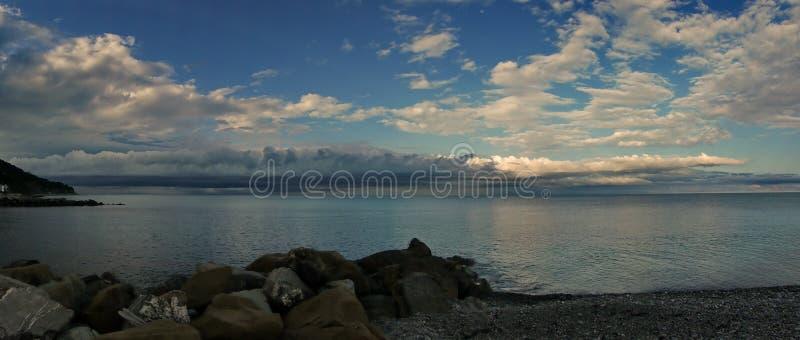 På den Black Sea kusten för en åskväder arkivbilder