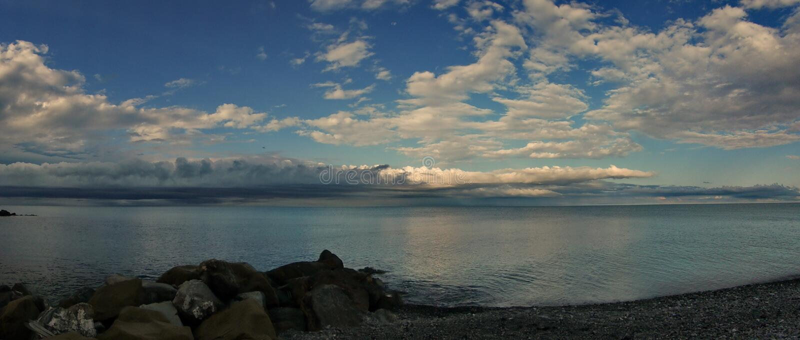 På den Black Sea kusten för en åskväder arkivfoton