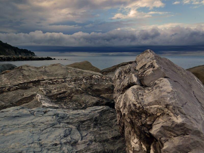 På den Black Sea kusten för en åskväder royaltyfria bilder