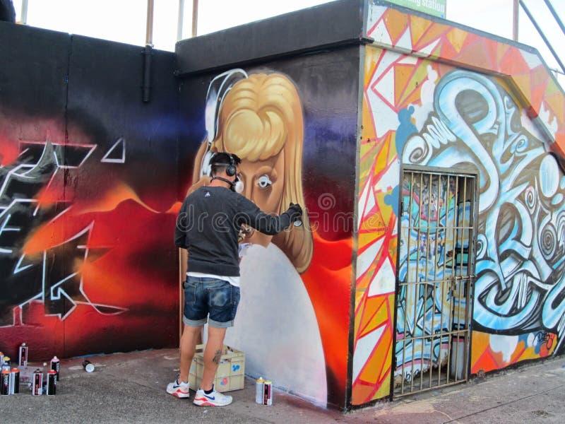 På den Bondi stranden målas den konstnärliga grafitti på väggarna på promenaden, NSW, Australien fotografering för bildbyråer