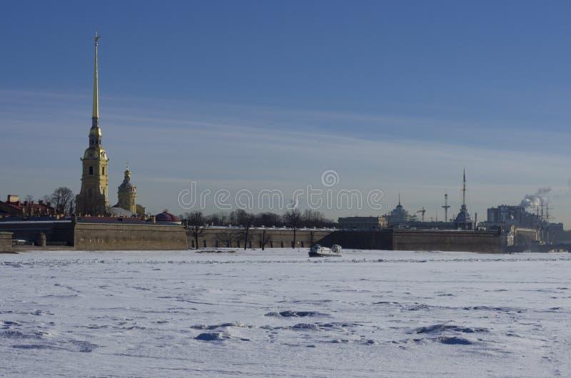 På den djupfrysta svävfarkosten Emercom för Neva flodpatrull arkivbilder