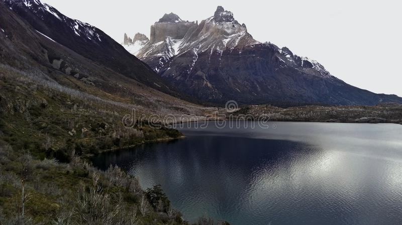 På den peacful sjön wetween berg royaltyfria bilder