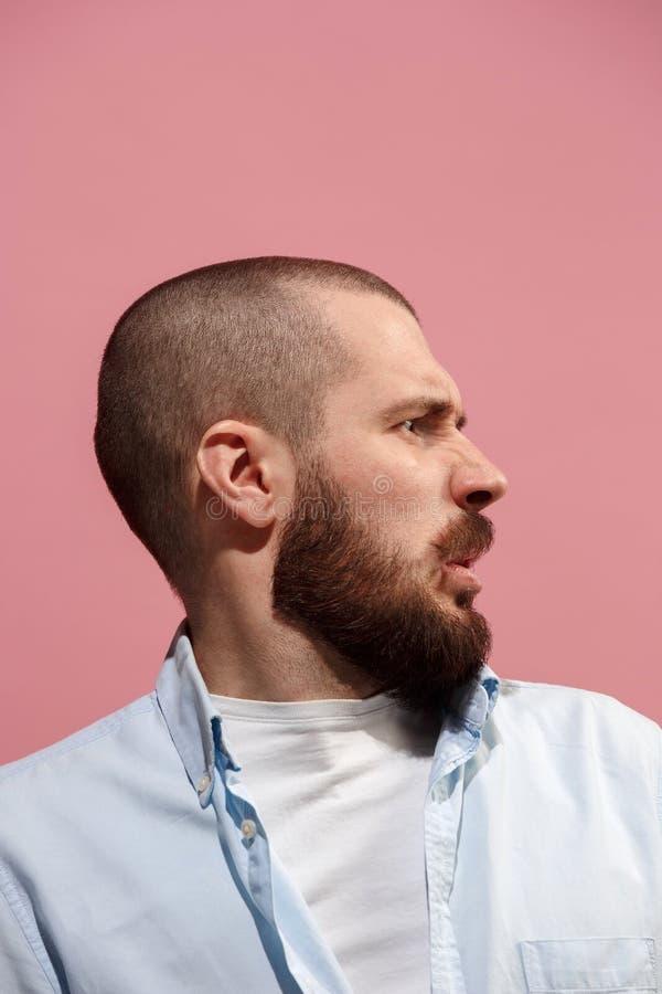 på den rosa unga tillfälliga mannen som äcklar på studion arkivfoto