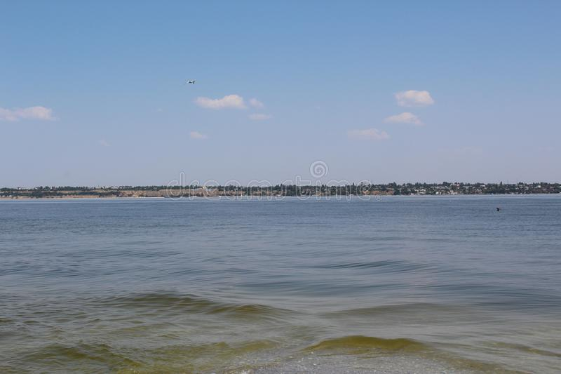 På den spottade Kinburnen, finns det ett sådant hav som möter sötvattnet av fjärden arkivfoton