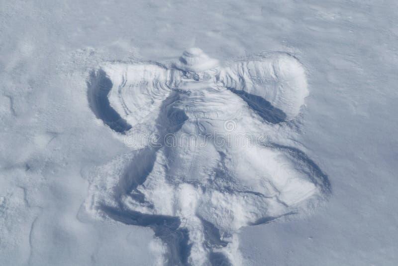 På den vita snön avtrycken av ett barn i form av en ängel som viftar med dess vingar fotografering för bildbyråer