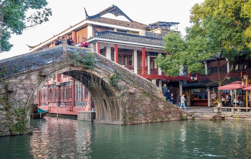 På den Zhouzhuang vattenstaden Suzhou, Kina royaltyfri bild