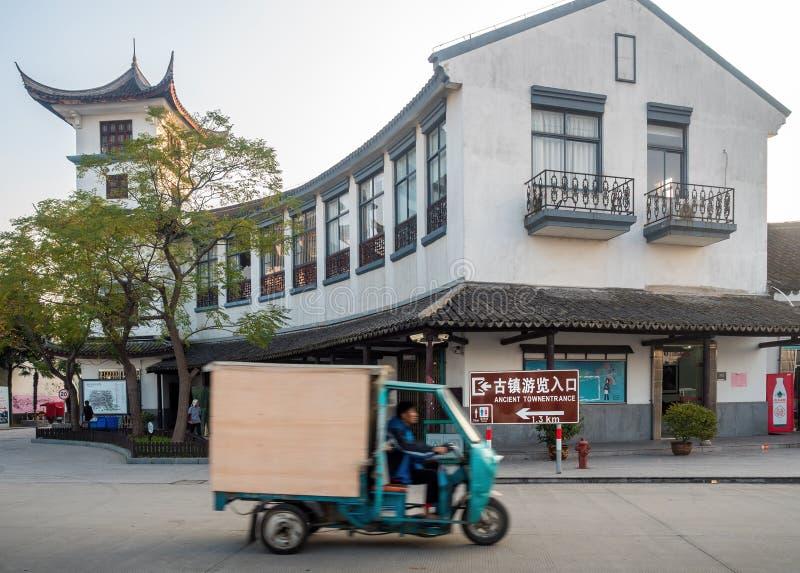 På den Zhouzhuang vattenstaden Suzhou, Kina fotografering för bildbyråer