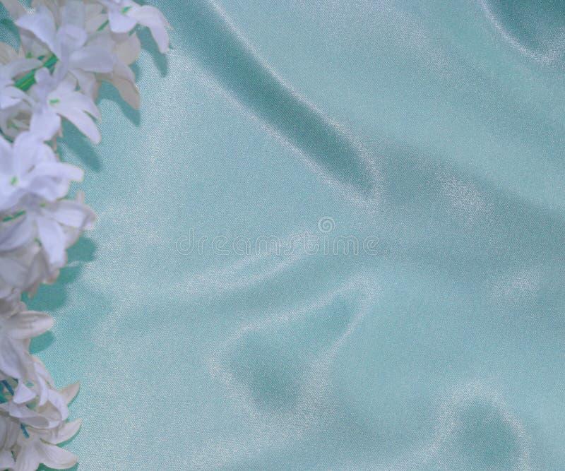 På det blåa materialet är en blomma Texturen av det blåa materialet royaltyfri fotografi