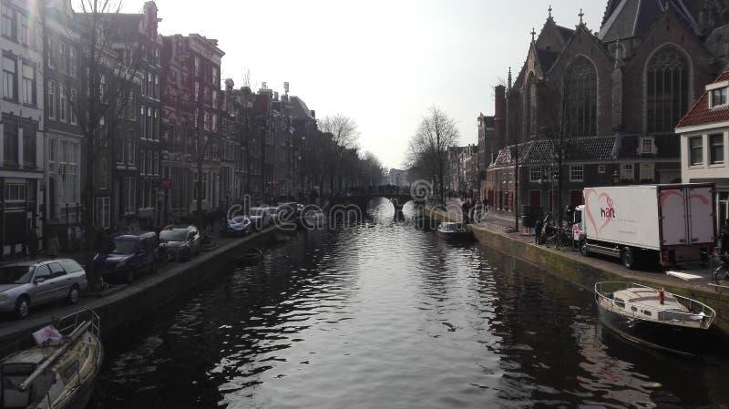 På en Amsterdam kanal arkivbilder