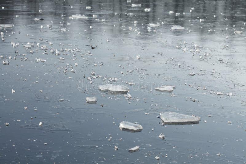 Is på en isbunden sjö royaltyfri bild