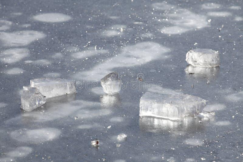 Is på en isbunden sjö arkivbild