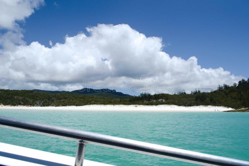 På en snabb motorbåt på den Whitehaven stranden pingstdagar - Australien royaltyfri foto