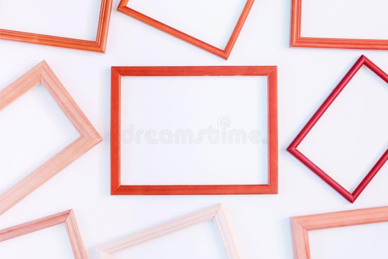 På en vit bakgrund läggas många röda tomma ramar ut Utrymme f?r text, orientering royaltyfria foton