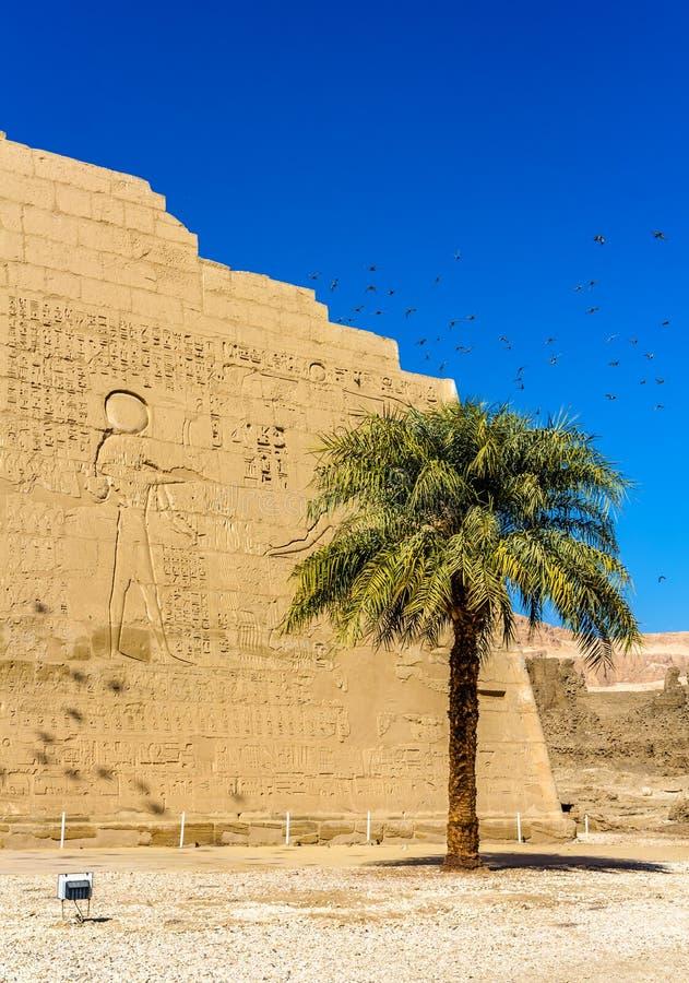 På entracen av den Medinet Habu templet arkivfoto