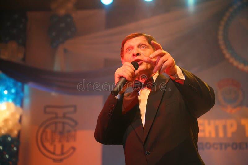 På etapp folkmassafavoriten, en mousserande sångare, sångare Edward Hil (herr Trololo) royaltyfria bilder