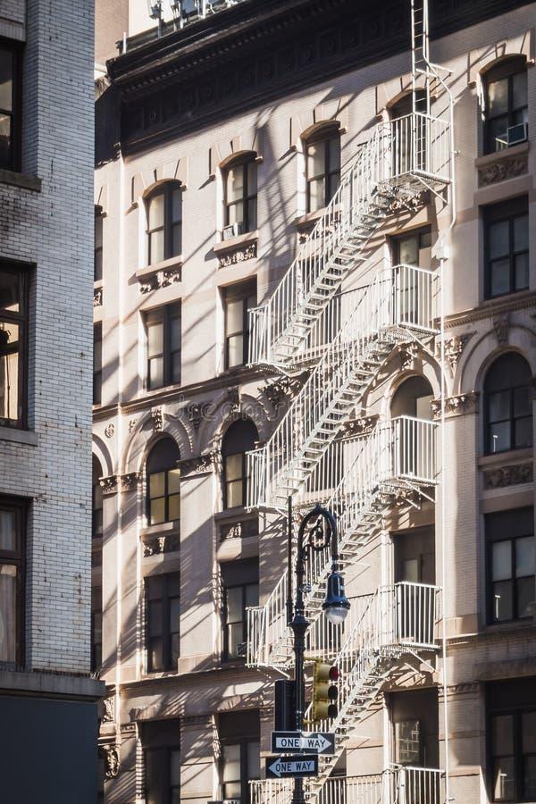 På ett eller annat sätt i gatorna av New York mellan gamla byggnader som är typic av staden arkivfoto