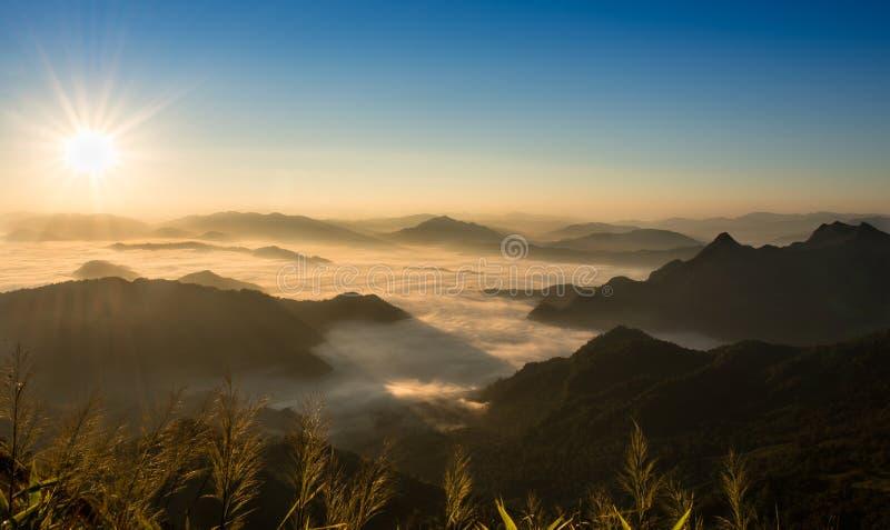 P? ett kallt berg m?ktig morgon royaltyfria foton