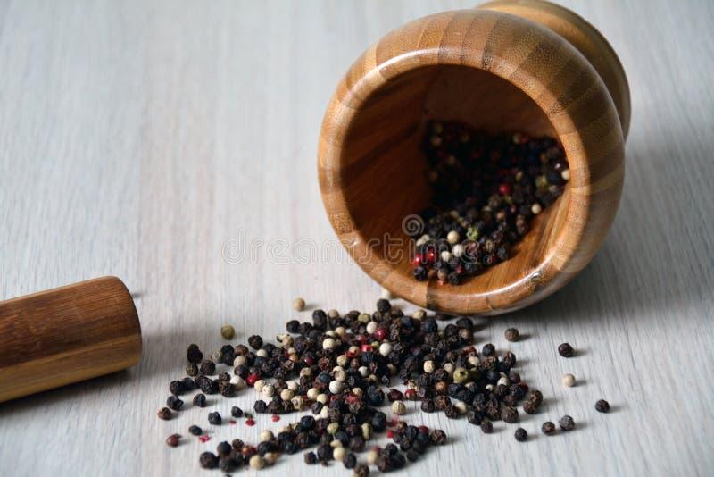 På ett pund med olika slag av peppar inom arkivbild