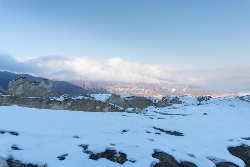 På ett snöig bergmaximum Halva av bergskedja som täckas med snö arkivbilder