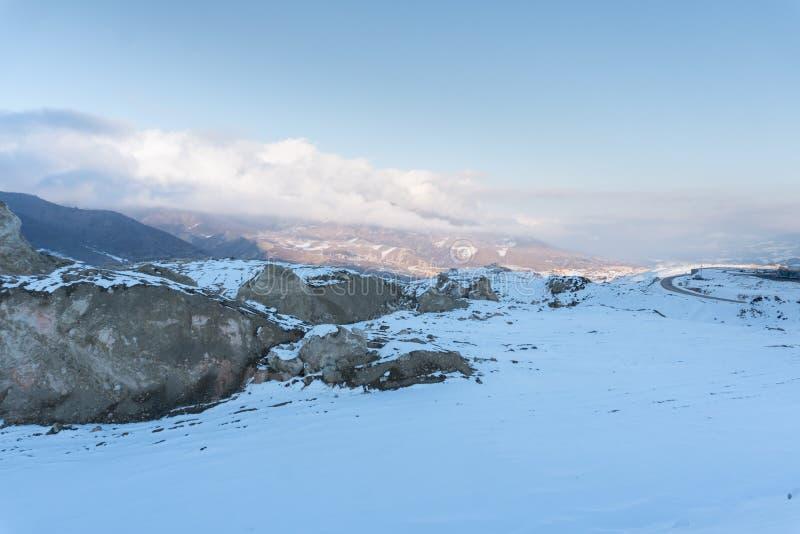 På ett snöig bergmaximum Halva av bergskedja som täckas med snö royaltyfri foto