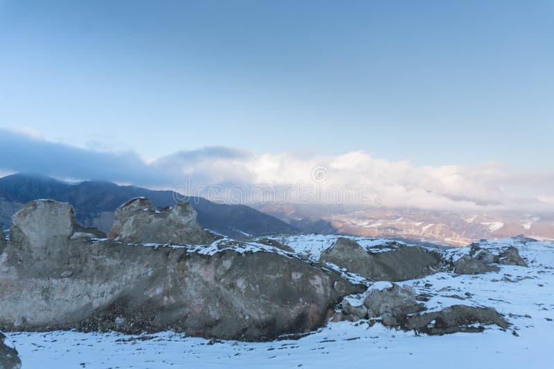 På ett snöig bergmaximum Halva av bergskedja som täckas med snö arkivfoto