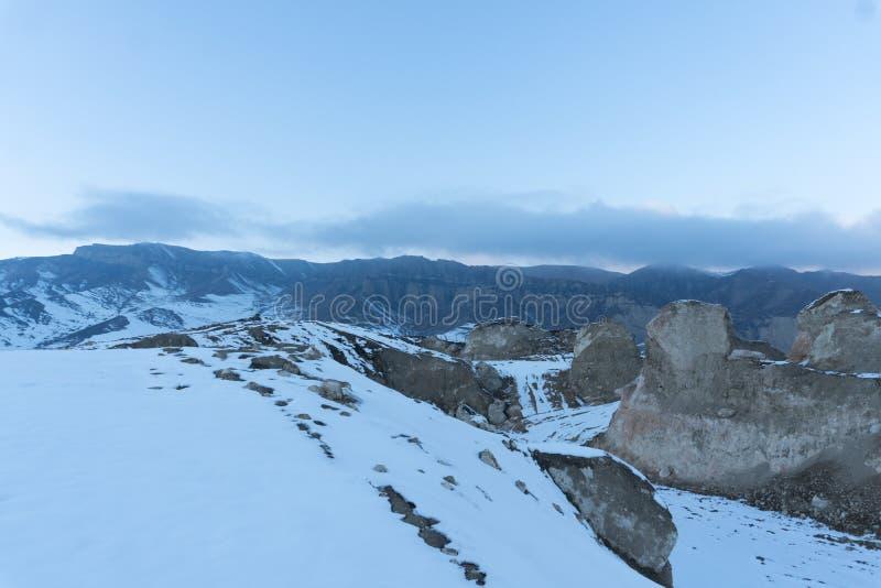 På ett snöig bergmaximum Halva av bergskedja som täckas med snö arkivbild