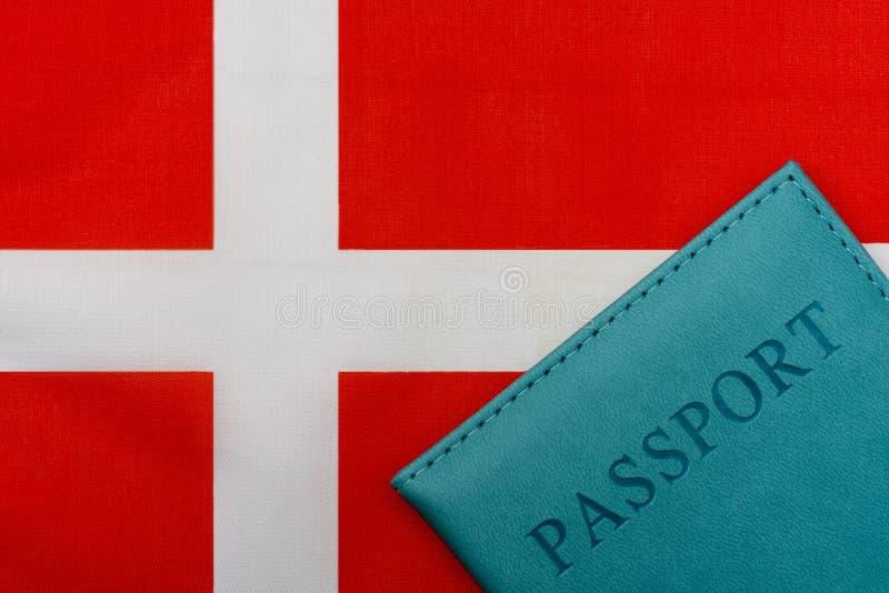 På flaggan av Danmark är ett pass royaltyfri bild